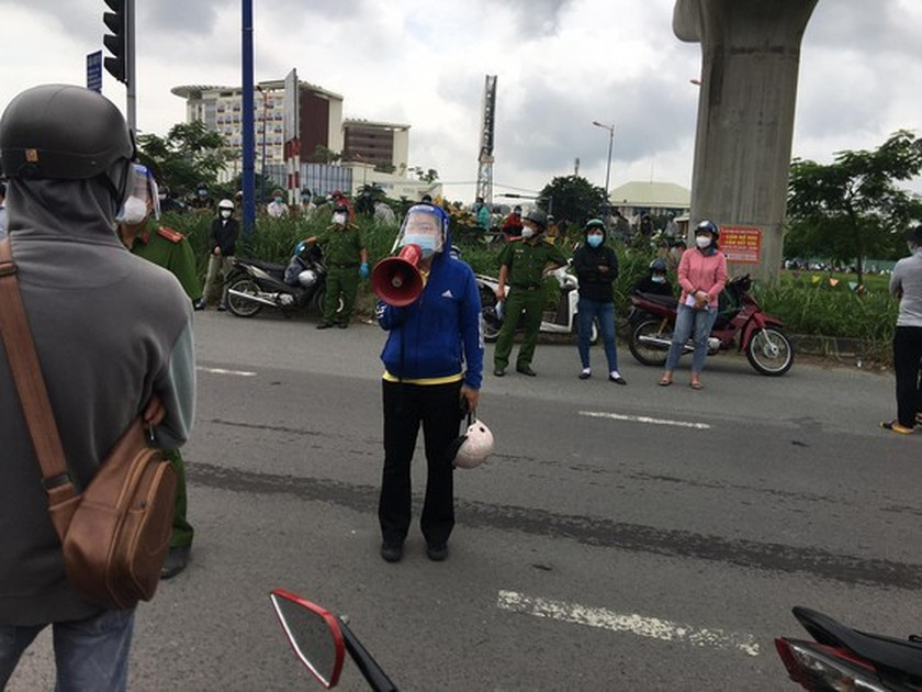 Thousand of migrant workers convinced to stay as they try to leave HCMC ảnh 7