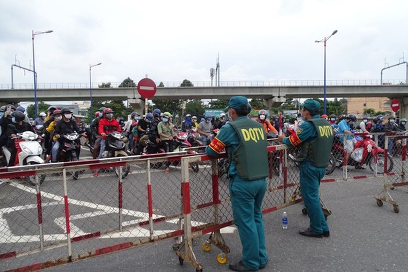 Thousand of migrant workers convinced to stay as they try to leave HCMC ảnh 2
