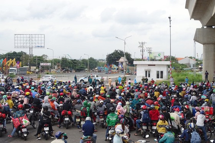 Thousand of migrant workers convinced to stay as they try to leave HCMC ảnh 1