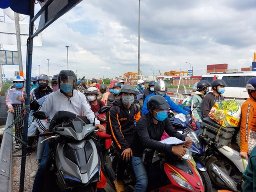 Thousand of migrant workers convinced to stay as they try to leave HCMC ảnh 4