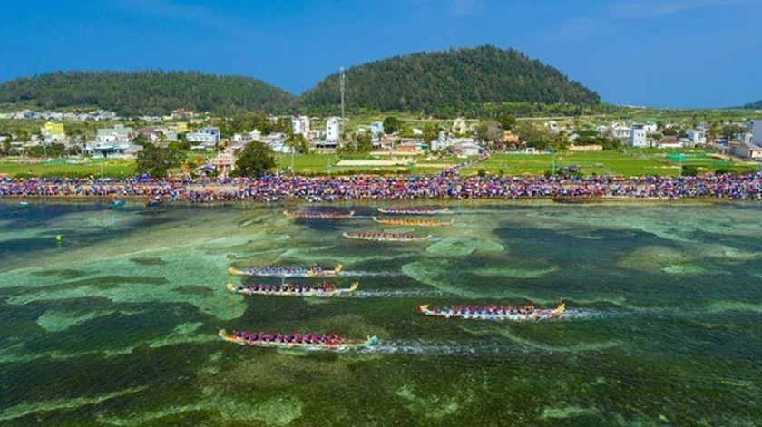 Tu Linh boat racing festival in Ly Son features national ritual, culture ảnh 1