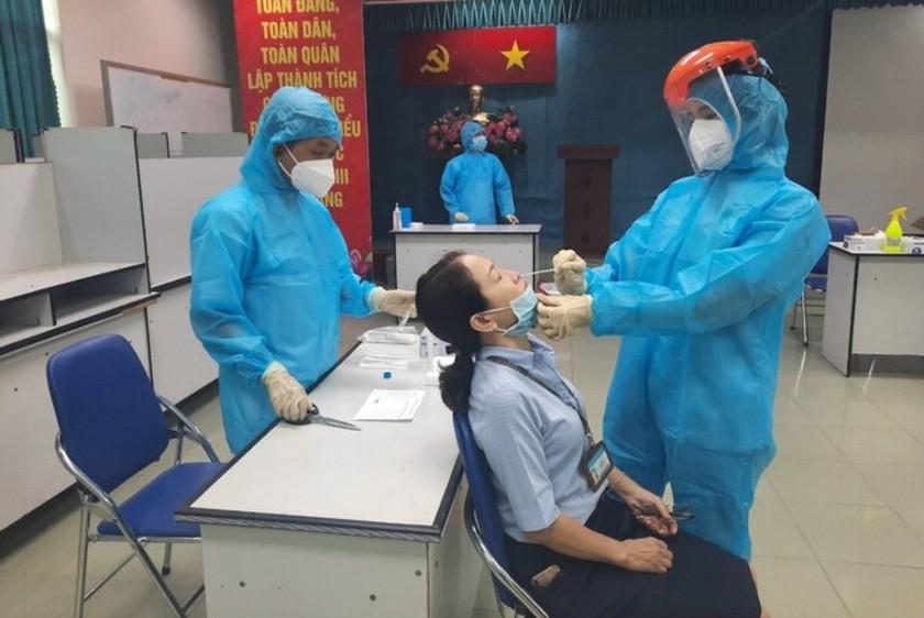 TPHCM xét nghiệm Covid-19 khẩn cấp tất cả bệnh viện trong đêm 12-5 ảnh 1