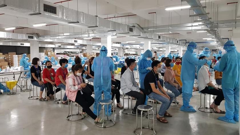 186 người nhiễm Covid-19 trong ngày chủ nhật, 8.000 công nhân Bắc Giang thành F1 ảnh 1