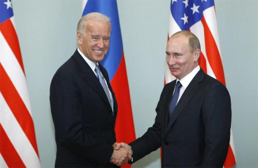 Ông Joe Biden (khi còn là Phó Tổng thống) và ông Vladimir Putin trong một cuộc gặp ở Moscow hồi tháng 3/2011. Ảnh: AP