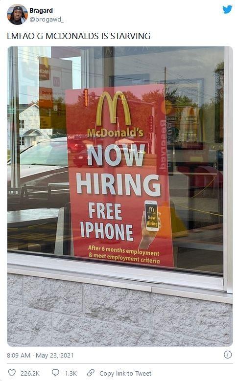 Thiếu nhân công, cửa hàng McDonald tặng iPhone cho người chịu làm việc 6 tháng - Ảnh 1.