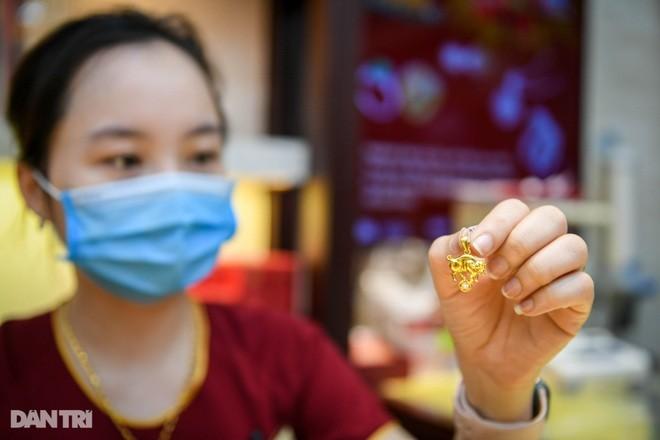 Vì sao giá vàng SJC cao hơn thế giới gần 8 triệu đồng/lượng? ảnh 1