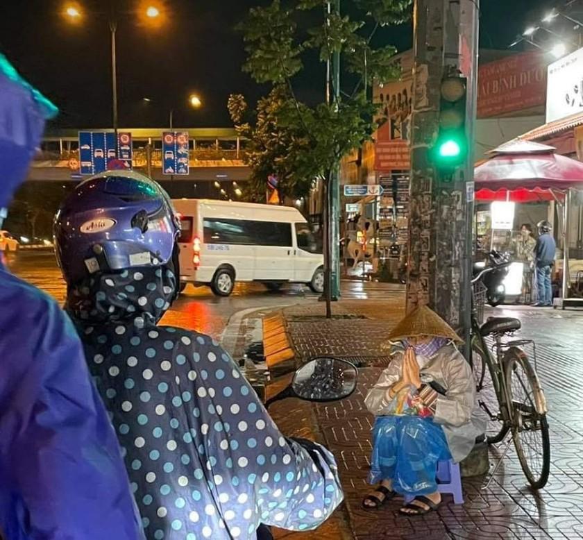 'Chợ Lạc Xoong' ngày đêm cứu trợ người nghèo TPHCM trong dịch ảnh 1