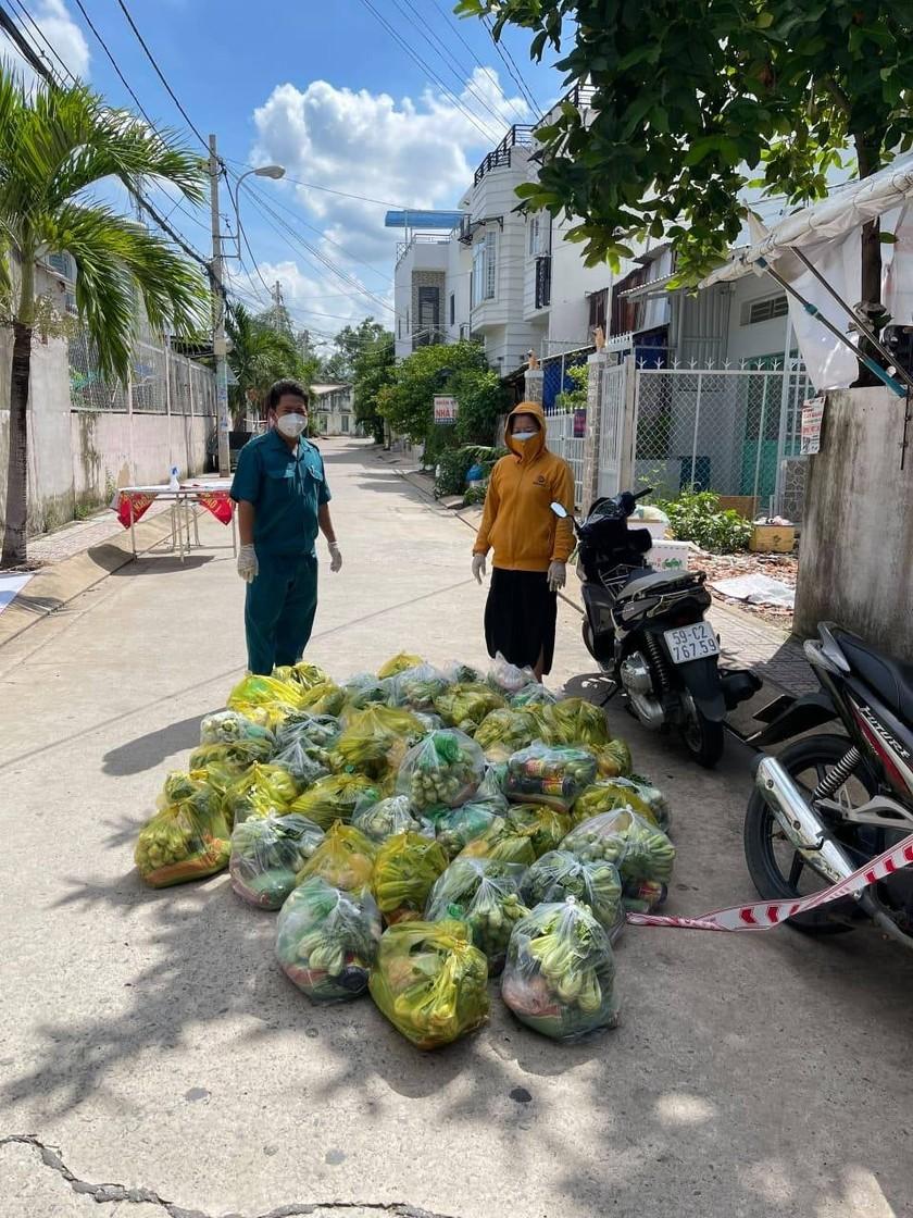 'Chợ Lạc Xoong' ngày đêm cứu trợ người nghèo TPHCM trong dịch ảnh 3
