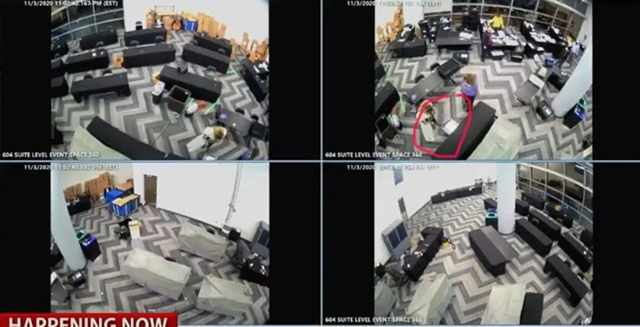 Luật sưPick cho rằng, các nhân viên kiểm phiếu trong đêm đã lấy các lá phiếu từ dưới gầm bàn (vùng khoanh đỏ) và tiếp tục đếm trong khi không có bất kỳ sự giám sát nào. Ảnh chụp màn hình.