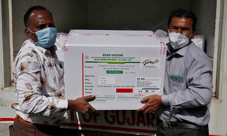 Những thùng vaccine Covid-19 được đưa đến một trung tâm bảo quản vaccine tại Ahmedabad, Ấn Độ - Ảnh: Reuters