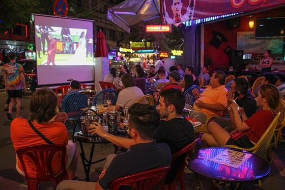 2018 World Cup's opening match stirs up Bui Vien Walking Street ảnh 2