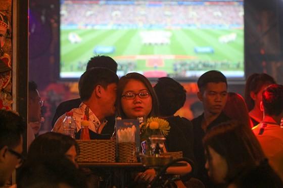 2018 World Cup's opening match stirs up Bui Vien Walking Street ảnh 3