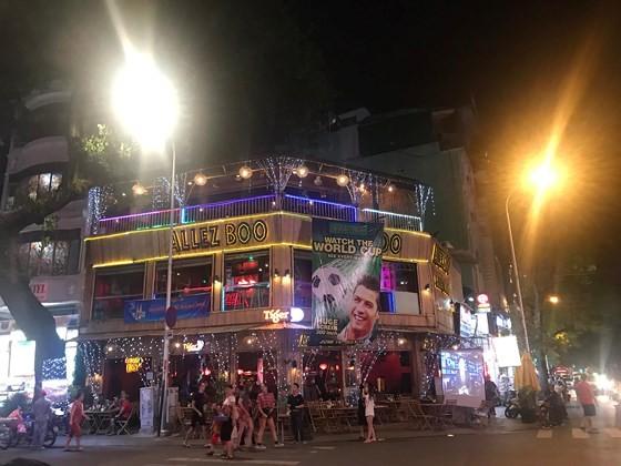 2018 World Cup's opening match stirs up Bui Vien Walking Street ảnh 1