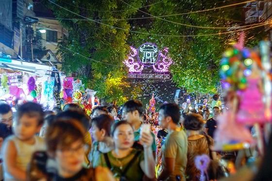 Hanoians enjoy early mid-autumn festival ảnh 2