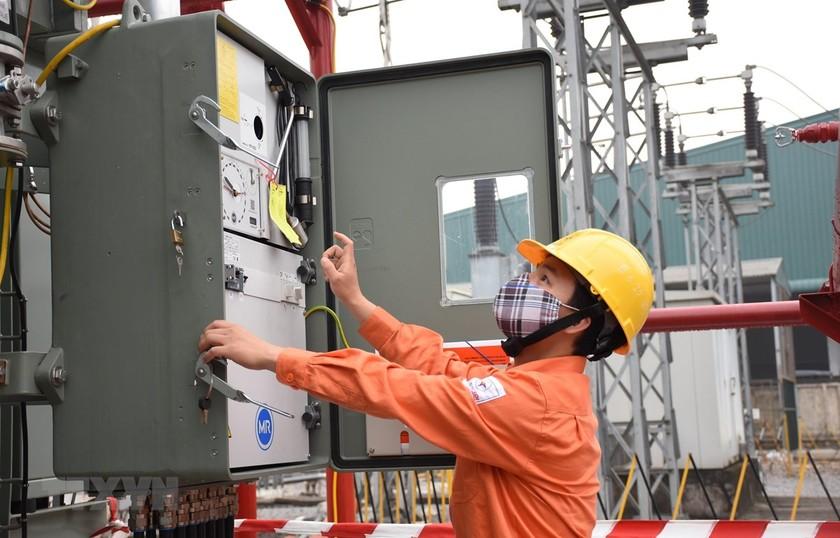 Nhân viên EVN HANOI kiểm tra vận hành các trạm biến áp, đảm bảo điện để phòng chống dịch COVID-19. (Ảnh: TTXVN phát)