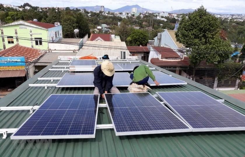 Lắp đặt các công trình điện Mặt Trời mái nhà tại tỉnh Gia Lai. (Ảnh: Hồng Điệp/TTXVN)