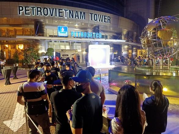 Nửa đêm, hàng trăm khách hàng trẻ đi mua iPhone 12 - Ảnh 3.