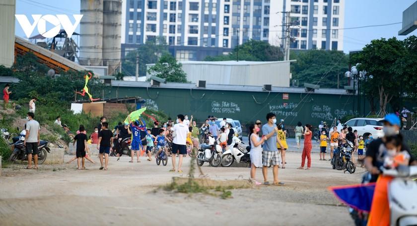 Bất chấp dịch Covid-19 phức tạp, người Hà Nội vẫn thả diều, đá bóng... ảnh 1