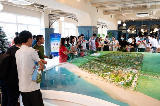 """Hàng ngàn khách hàng tham dự sự kiện """"Bừng sáng NovaWorld Ho Tram"""" ảnh 1"""
