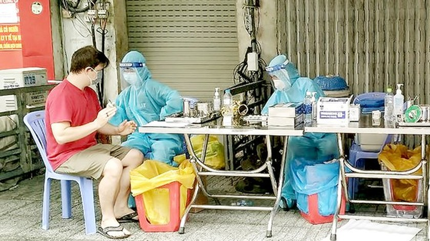 HCMC using mobile vaccination for high-risk populations in lockdown areas ảnh 1