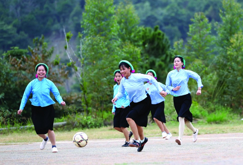 Female ethnic footballers at Huc Dong ảnh 1