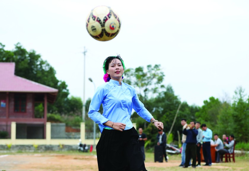 Female ethnic footballers at Huc Dong ảnh 3