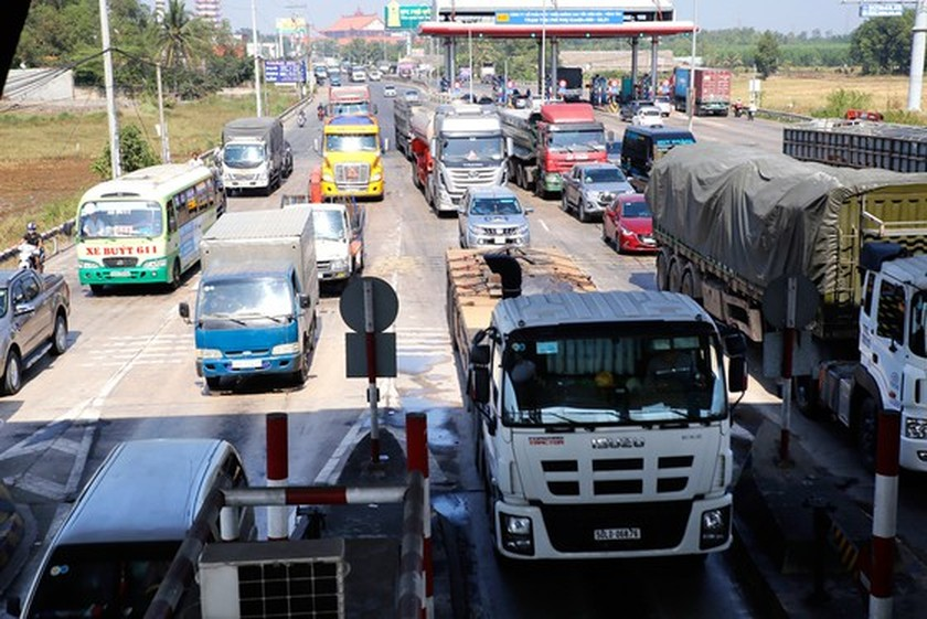 Severe traffic jams, road accidents plague major national route ảnh 1