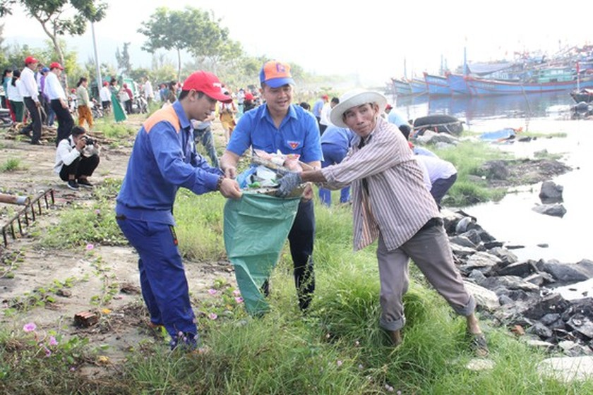 Program to clean up beach in Da Nang attracts more than 2,000 people ảnh 2
