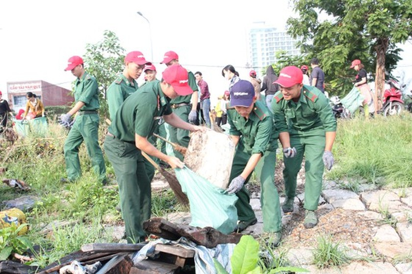 Program to clean up beach in Da Nang attracts more than 2,000 people ảnh 3