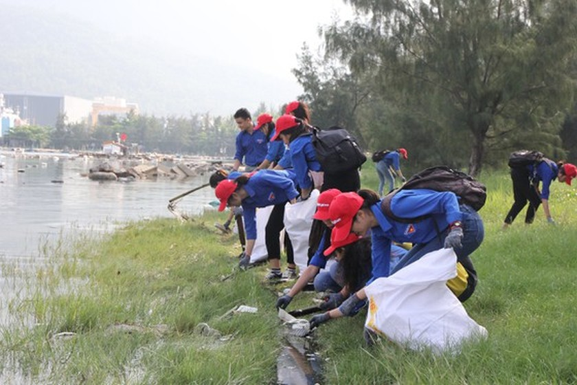 Program to clean up beach in Da Nang attracts more than 2,000 people ảnh 5