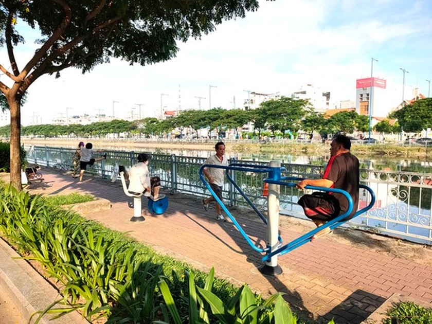 The new pace of life along canals in HCMC ảnh 6