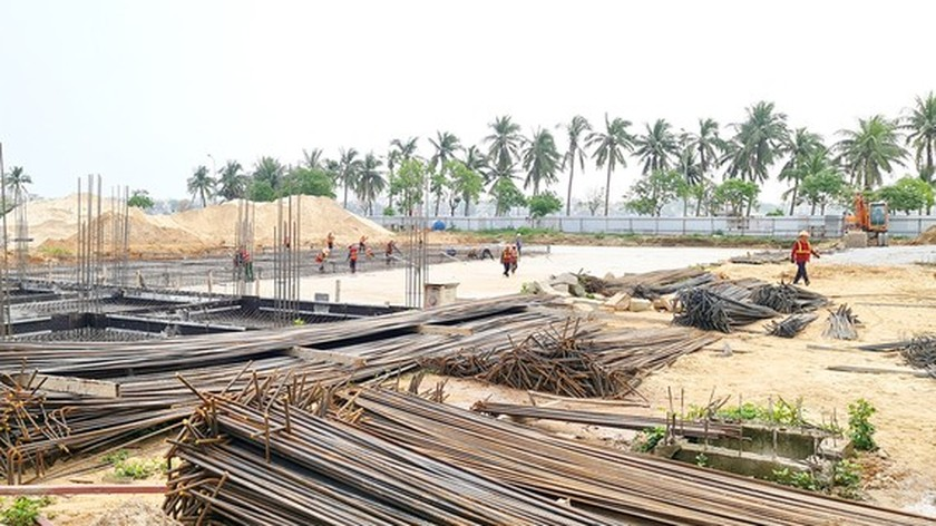 Central provinces struggle because of galloping construction material prices ảnh 1