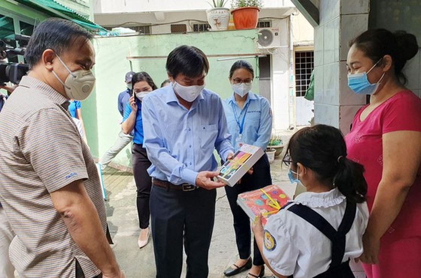 Underprivileged students in Phu Nhuan District given devices for online learning ảnh 1