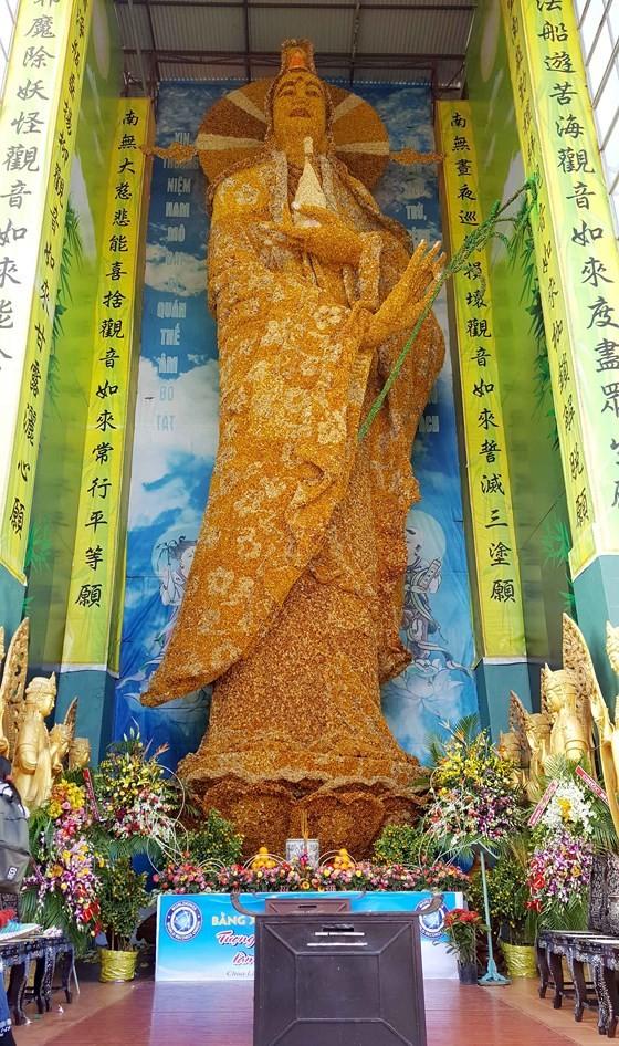 Tượng Phật bằng hoa bất tử lớn nhất thế giới ảnh 2