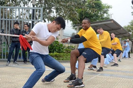 Thủy thủ tàu sân bay Hoa Kỳ thăm Trung tâm điều dưỡng người tâm thần ở Đà Nẵng ảnh 1
