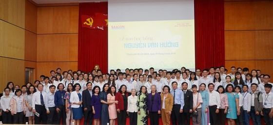 Trao học bổng Nguyễn Văn Hưởng năm 2018: 142 suất học bổng với tổng trị giá 1 tỷ 191 triệu đồng ảnh 1
