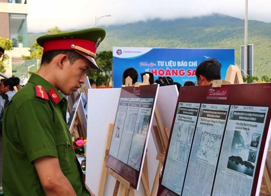 """284 bài báo, tư liệu được trưng bày tại Triển lãm """"Tư liệu báo chí về Hoàng Sa"""" ảnh 2"""