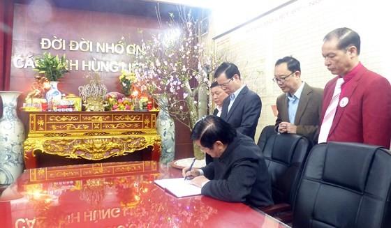 Nguyên Chủ tịch nước Trương Tấn Sang tưởng niệm, tri ân các anh hùng, liệt sĩ tại Vị Xuyên ảnh 5