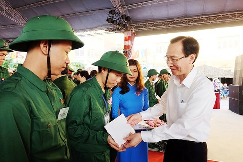 HCMC leaders bids farewell to new soldiers ảnh 9