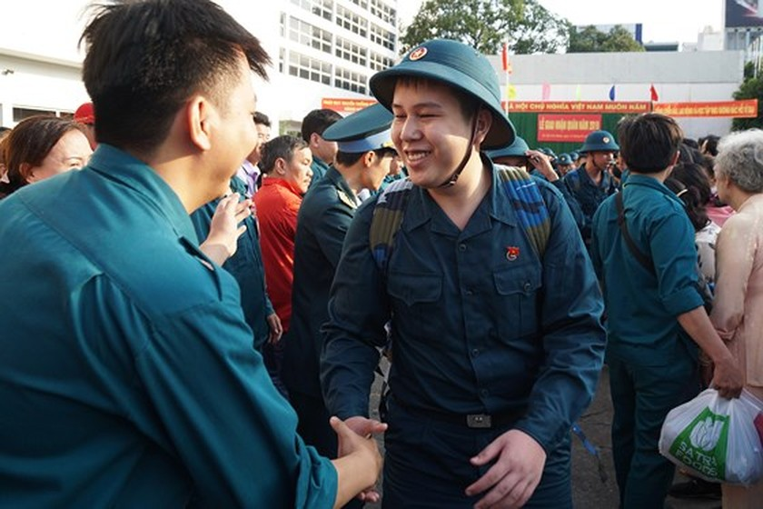 HCMC leaders bids farewell to new soldiers ảnh 18