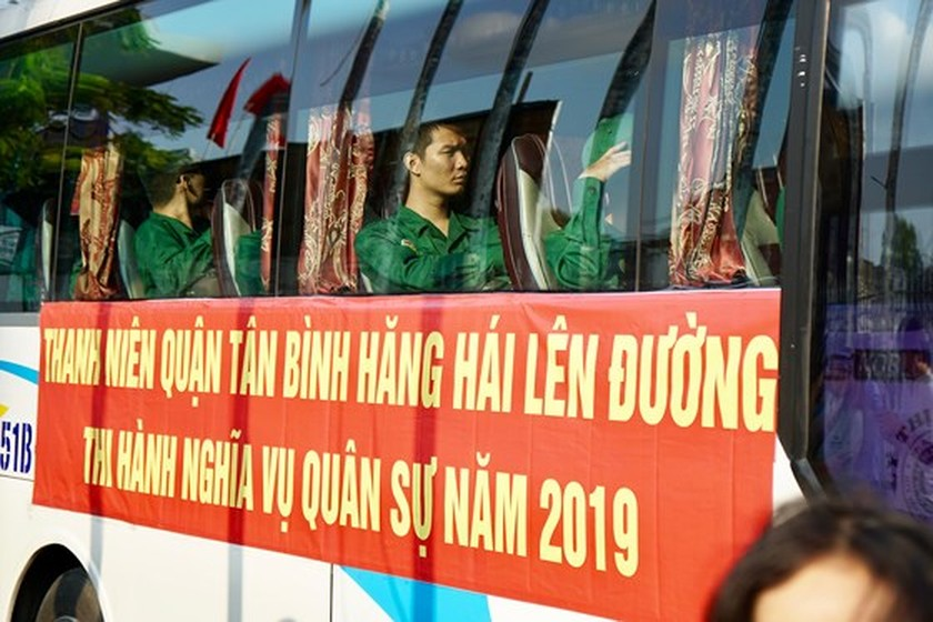 HCMC leaders bids farewell to new soldiers ảnh 19