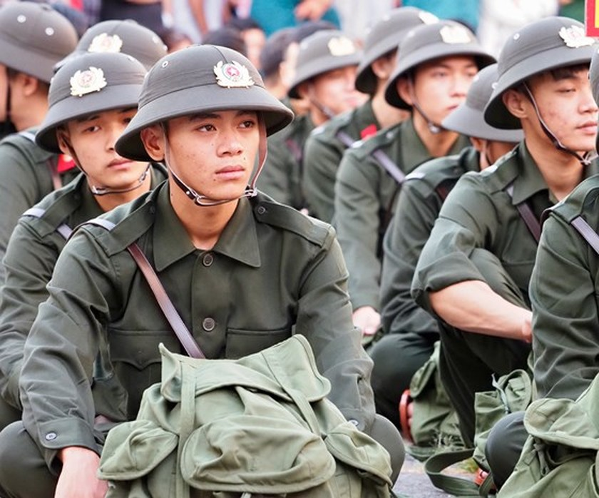 HCMC leaders bids farewell to new soldiers ảnh 21