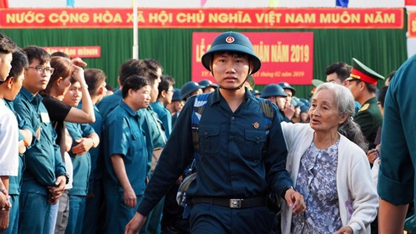 HCMC leaders bids farewell to new soldiers ảnh 22