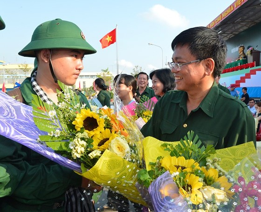 HCMC leaders bids farewell to new soldiers ảnh 2