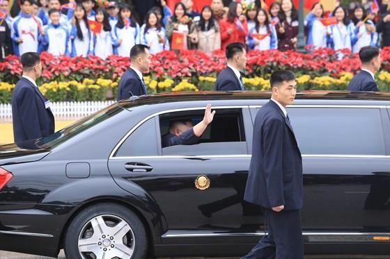 North Korean leader Kim Jong Un arrives in Dong Dang Train Station ảnh 8