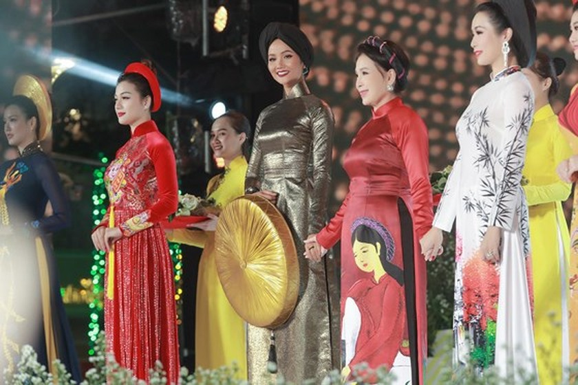 H'Hen Nie named in country's most influential women list ảnh 4