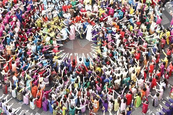 The annual March of Ao Dai in HCMC ảnh 1