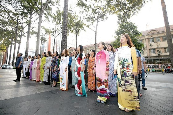 The annual March of Ao Dai in HCMC ảnh 2