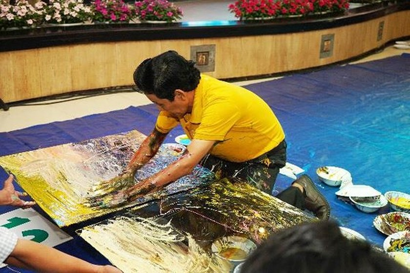 Vietnamese painter set a world record for creating reverse paintings on glass ảnh 1