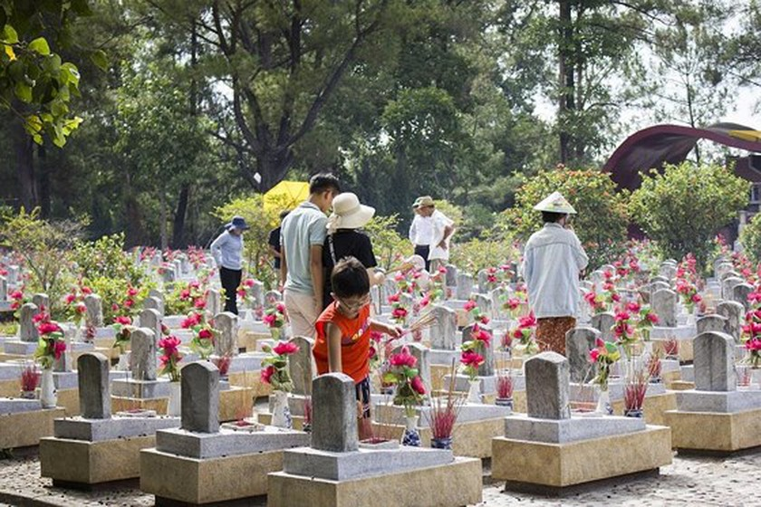 Large number of Vietnamese flock to Quang Tri legendary land in July ảnh 3